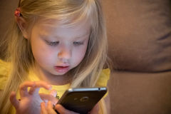 Μικρό κορίτσι και smartphone Στοκ φωτογραφία με δικαίωμα ελεύθερης χρήσης