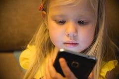 Μικρό κορίτσι και smartphone Στοκ Φωτογραφίες