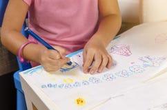 Μικρό κορίτσι κινηματογραφήσεων σε πρώτο πλάνο που επισύρει την προσοχή σε χαρτί Στοκ Φωτογραφίες