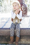 Μικρό κορίτσι κοντά στην πηγή, χρόνος φθινοπώρου Στοκ Φωτογραφία