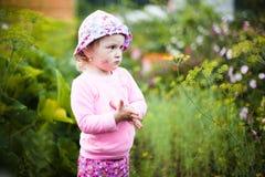 Μικρό κορίτσι μεταξύ των αλσυλλίων της χλόης Στοκ εικόνες με δικαίωμα ελεύθερης χρήσης