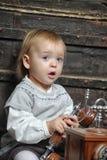 Μικρό κορίτσι με ένα αναδρομικό τηλέφωνο Στοκ Εικόνες