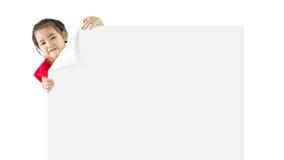 Μικρό κορίτσι με ένα λευκό χαρτόνι Στοκ Εικόνες
