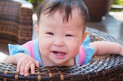Μικρό κορίτσι με ένα θετικό χαμόγελο στοκ εικόνα