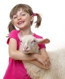 Μικρό κορίτσι με ένα μικρό πρόβατο Στοκ φωτογραφία με δικαίωμα ελεύθερης χρήσης