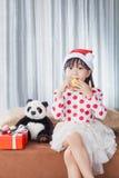 Μικρό κορίτσι με ένα πιάτο των μπισκότων για Santa Στοκ Εικόνα