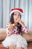 Μικρό κορίτσι με ένα πιάτο των μπισκότων για Santa Στοκ εικόνες με δικαίωμα ελεύθερης χρήσης