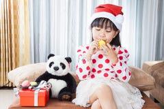 Μικρό κορίτσι με ένα πιάτο των μπισκότων για Santa Στοκ Φωτογραφία