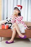 Μικρό κορίτσι με ένα πιάτο των μπισκότων για Santa Στοκ φωτογραφίες με δικαίωμα ελεύθερης χρήσης
