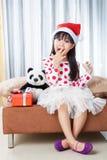 Μικρό κορίτσι με ένα πιάτο των μπισκότων για Santa Στοκ εικόνα με δικαίωμα ελεύθερης χρήσης