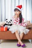 Μικρό κορίτσι με ένα πιάτο των μπισκότων για Santa Στοκ Φωτογραφίες