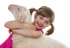 μικρό κορίτσι με ένα πρόβατο Στοκ Εικόνες
