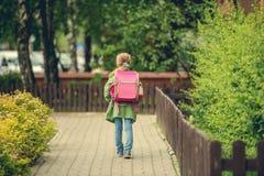 Μικρό κορίτσι με ένα σακίδιο πλάτης που πηγαίνει στο σχολείο Στοκ Εικόνες