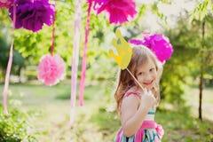 Μικρό κορίτσι με μια κορώνα παιχνιδιών στοκ φωτογραφία με δικαίωμα ελεύθερης χρήσης