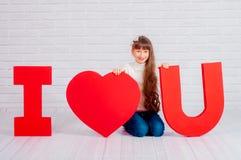 Μικρό κορίτσι με μια μεγάλη λέξη σ' αγαπώ Στοκ φωτογραφία με δικαίωμα ελεύθερης χρήσης