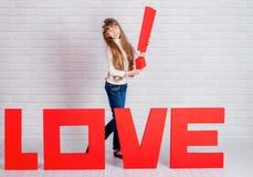 Μικρό κορίτσι με μια μεγάλη αγάπη λέξης Στοκ εικόνα με δικαίωμα ελεύθερης χρήσης