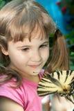 Κορίτσι με μια πεταλούδα σε ετοιμότητα της Στοκ Εικόνα