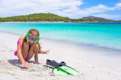 Μικρό κορίτσι με τα βατραχοπέδιλα και τα προστατευτικά δίοπτρα για Στοκ εικόνες με δικαίωμα ελεύθερης χρήσης