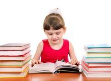 Μικρό κορίτσι με τα βιβλία Στοκ φωτογραφία με δικαίωμα ελεύθερης χρήσης