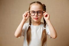 Μικρό κορίτσι με τα μεγάλα γυαλιά στοκ φωτογραφία με δικαίωμα ελεύθερης χρήσης