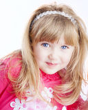 Μικρό κορίτσι με τα μεγάλα μπλε μάτια που εξετάζει τη κάμερα στοκ φωτογραφία με δικαίωμα ελεύθερης χρήσης