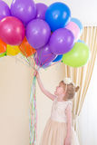 Μικρό κορίτσι με τα μπαλόνια διαθέσιμα Στοκ Φωτογραφία
