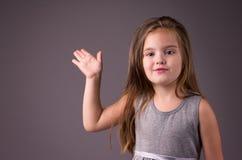 Μικρό κορίτσι με τα μπλε μάτια και όμορφο μακρυμάλλη Στοκ Εικόνα