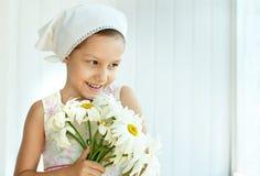 Μικρό κορίτσι με τα λουλούδια dasies Στοκ φωτογραφίες με δικαίωμα ελεύθερης χρήσης