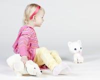 Μικρό κορίτσι με τα παιχνίδια στοκ εικόνα με δικαίωμα ελεύθερης χρήσης