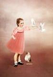 Μικρό κορίτσι με τα περιστέρια Στοκ φωτογραφία με δικαίωμα ελεύθερης χρήσης