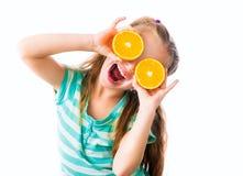 Μικρό κορίτσι με τα πορτοκάλια Στοκ Φωτογραφίες
