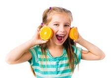 Μικρό κορίτσι με τα πορτοκάλια Στοκ φωτογραφία με δικαίωμα ελεύθερης χρήσης