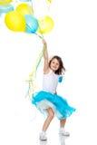 Μικρό κορίτσι με τα πολύχρωμα μπαλόνια Στοκ Φωτογραφία