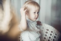 Μικρό κορίτσι με τα φωτεινά κόκκινα κοσμήματα Στοκ Εικόνες