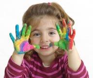 Μικρό κορίτσι με τα χρωματισμένα χέρια Στοκ φωτογραφίες με δικαίωμα ελεύθερης χρήσης