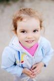 Μικρό κορίτσι με τα όμορφα άσπρα δόντια που χαμογελά στη κάμερα Στοκ εικόνες με δικαίωμα ελεύθερης χρήσης