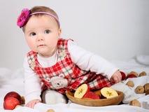 Μικρό κορίτσι με τα aplles Στοκ Φωτογραφία