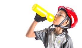 Μικρό κορίτσι με την ανακύκλωση της ενδυμασίας που πίνει ΙΙΙ Στοκ φωτογραφίες με δικαίωμα ελεύθερης χρήσης