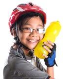 Μικρό κορίτσι με την ανακύκλωση της ενδυμασίας που πίνει IV Στοκ Φωτογραφία