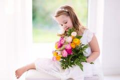 Μικρό κορίτσι με την ανθοδέσμη λουλουδιών Στοκ Εικόνες