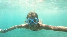 Μικρό κορίτσι με την εξερεύνηση μασκών υποβρύχια στη Μεσόγειο απόθεμα βίντεο