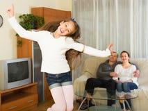 Μικρό κορίτσι με την τοποθέτηση γονέων Στοκ φωτογραφίες με δικαίωμα ελεύθερης χρήσης