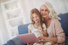 Μικρό κορίτσι με τη γιαγιά στοκ εικόνα