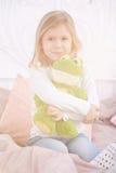 Μικρό κορίτσι με τη μασκότ Στοκ Εικόνες