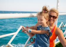 Μικρό κορίτσι με τη μητέρα που φαίνεται εν πλω Στοκ Φωτογραφία