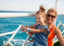 Μικρό κορίτσι με τη μητέρα που φαίνεται εν πλω Στοκ εικόνα με δικαίωμα ελεύθερης χρήσης