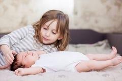 Μικρό κορίτσι με τη νεογέννητη αδελφή της Στοκ Εικόνα
