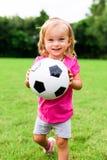 Μικρό κορίτσι με τη σφαίρα ποδοσφαίρου ποδοσφαίρου Στοκ φωτογραφία με δικαίωμα ελεύθερης χρήσης