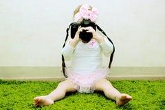 Μικρό κορίτσι με τις διαθέσιμες παίρνοντας εικόνες καμερών Στοκ Φωτογραφίες