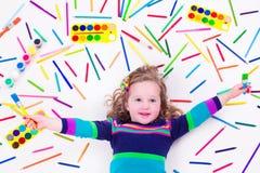 Μικρό κορίτσι με τις προμήθειες σχολικής τέχνης Στοκ φωτογραφία με δικαίωμα ελεύθερης χρήσης